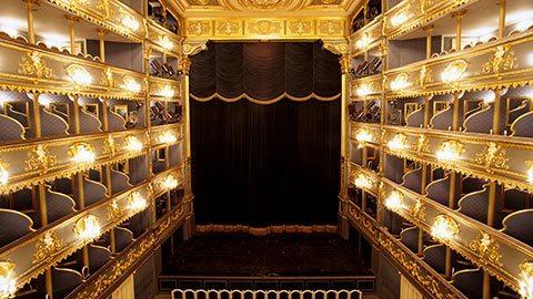 Presencie una representación exclusiva de <em>Don Juan </em> de Mozart en el famoso Estates Theatre de Praga, antes de disfrutar de una cena gourmet —amenizada por un cuarteto clásico— en la terraza del hotel.