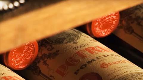 Descienda hasta la histórica bodega del hotel y pruebe vinos provenientes de las regiones más famosas del mundo.
