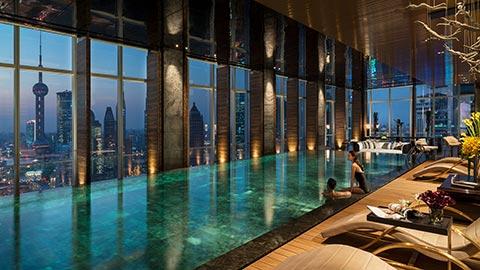 Admire los rascacielos de Shanghái mientras nada a  media noche en nuestra lujosa piscina infinita, reservada exclusivamente para usted a partir de las 11 pm.