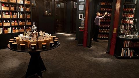 Uno de los mejores perfumistas del mundo descubrirá los aromas que encarnan su estilo personal y fabricará una exclusiva fragancia para usted.