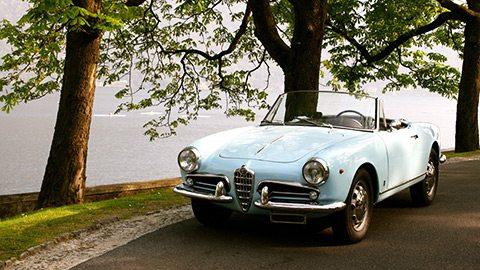 驾乘珍稀的古董车来一次科莫湖环湖游。