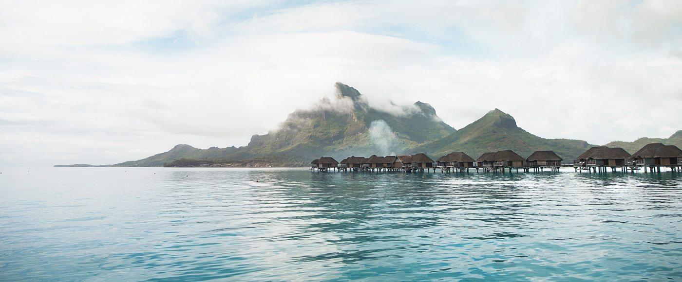 9 reasons to vacation in overwater bungalows four seasons for Bungalows flotantes en bora bora