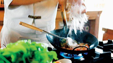 参加我们的烹饪课程及本地探索行程,轻松掌握泰式美食制作的秘诀。