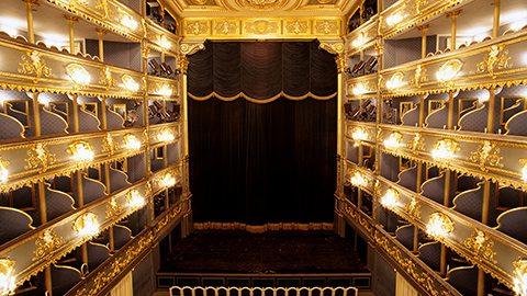 在著名的庄园剧院观赏莫扎特经典剧目《唐·璜》,然后在屋顶露台享受美食大餐,现场伴有管弦乐演奏。