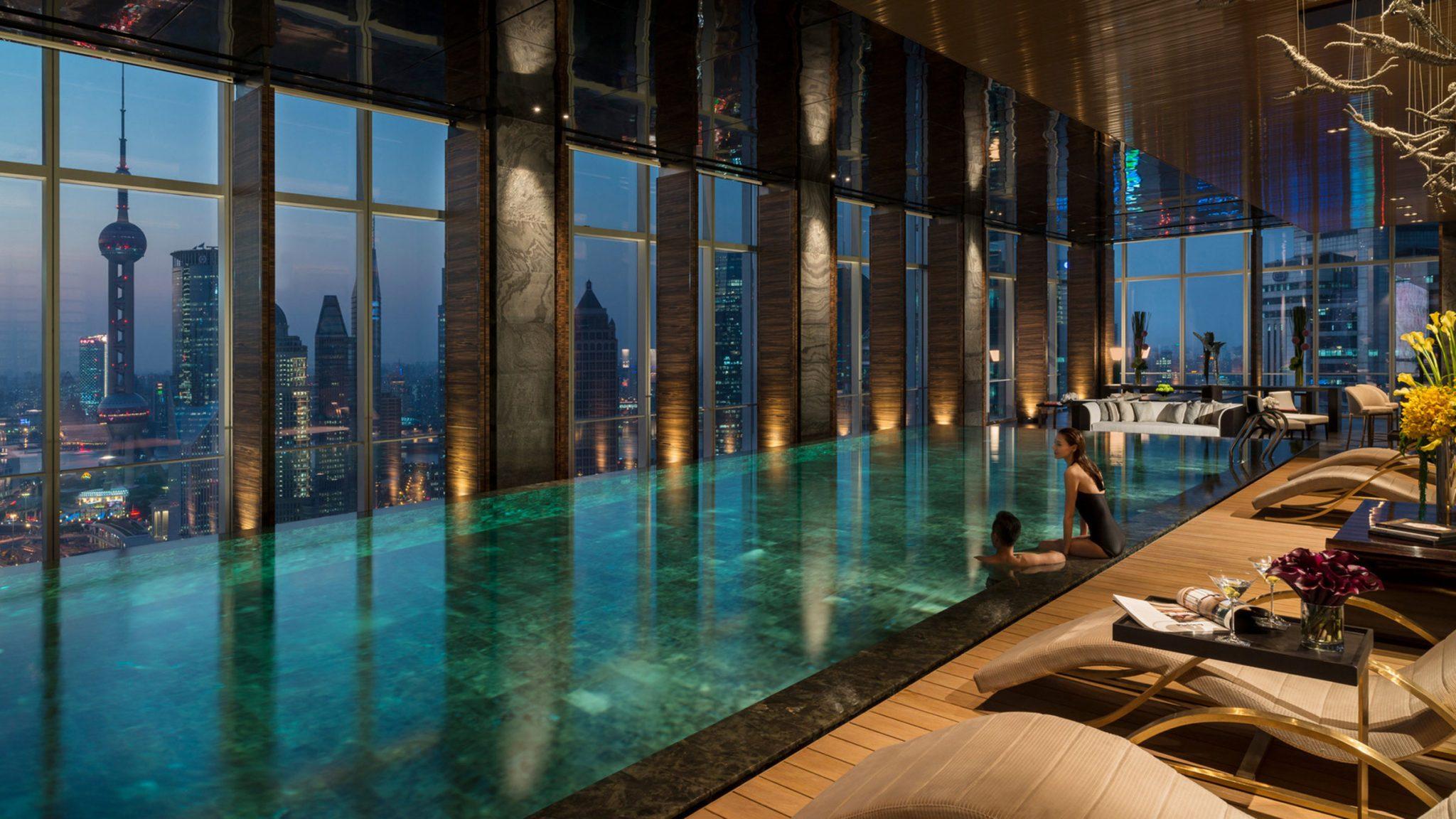黄浦江畔可以伸手触到天的双人专属泳池派对