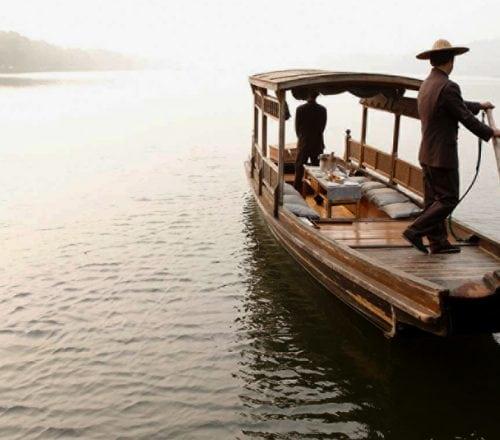 Rowboat arrival in Hangzhou